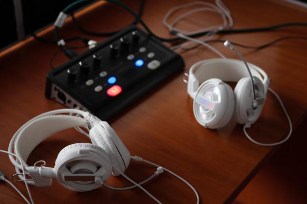 fones-de-ouvido-e-equipamentos-de-mixagem-de-audio-para-traducao-simultanea